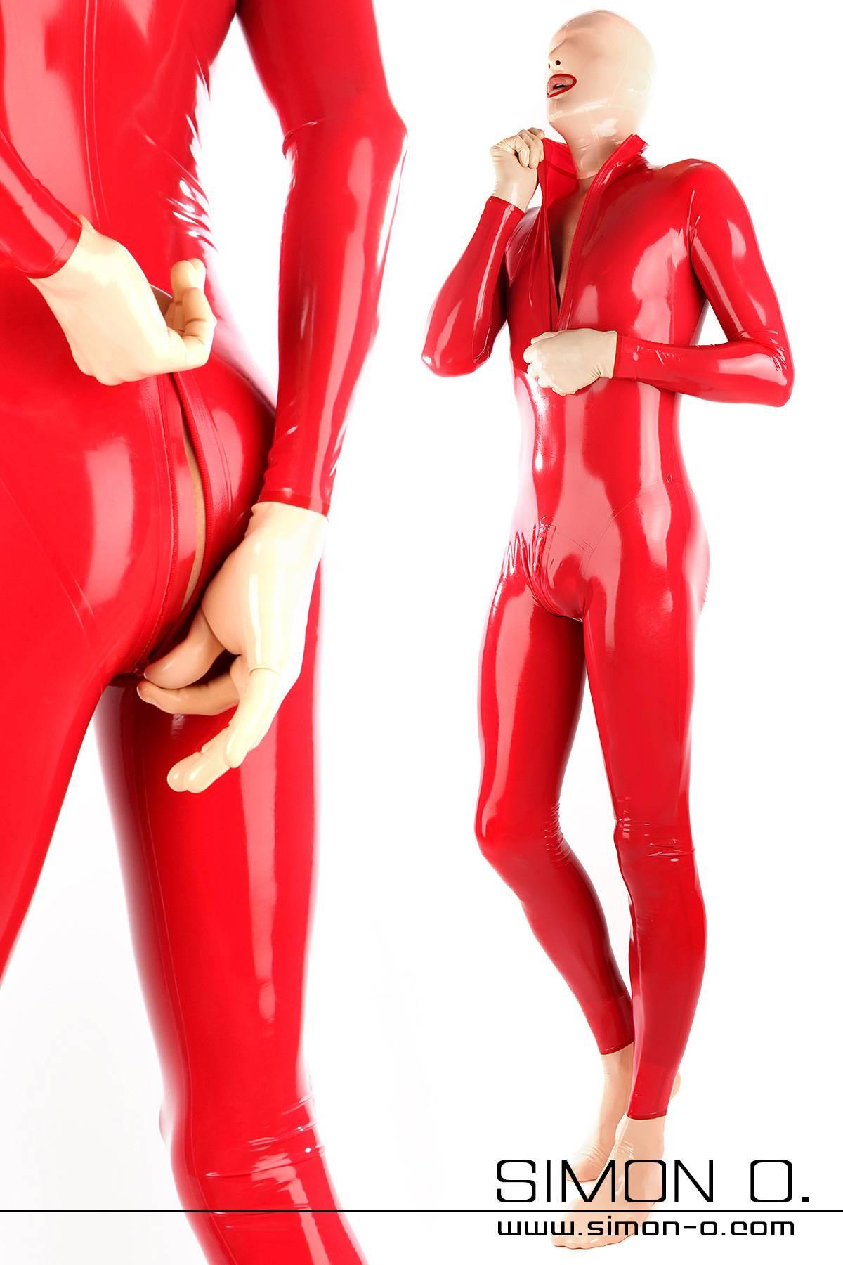 Ein Mann trägt einen roten hautengen roten Latexanzug mit Zipp im Schritt und eine Maske Socken und Handschuhe aus hautfarbenen Latex