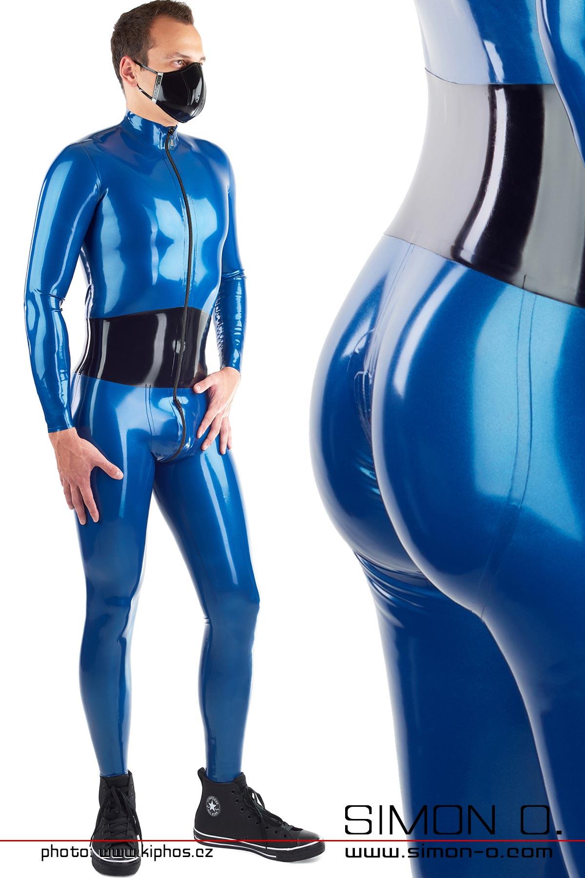 Ein Mann trägt einem blauen Latex Catsuit mit integrierten Mieder und Push Up Gesäßbereich