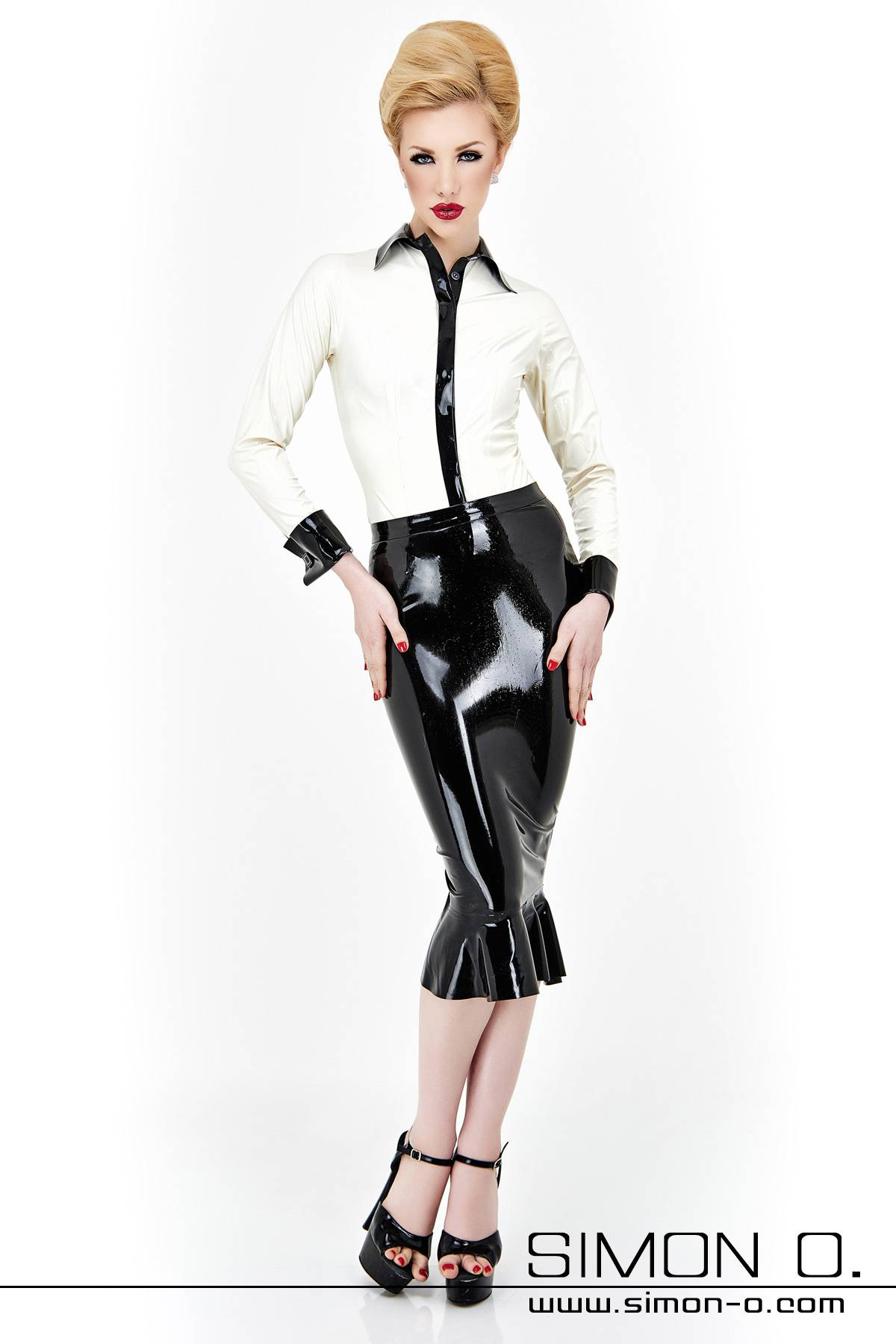Are you are searching for an exceedingly beautiful, knee long godet skirt made of the finest latex possible? Look no further, with its skin-tight cutting …