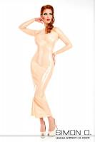 Vorschau: Eine Frau trägt ein langes Latex Kleid mit Stehkragen und langen Ärmeln