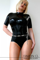 Vorschau: Eine Frau in einem schwarzen Wet Look Latex Body mit hautenger Passform