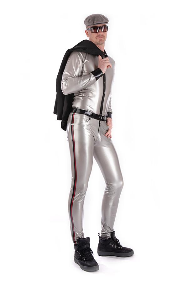 Glänzendes latex hemd in Silber mit einer engen Latex Jean kombiniert