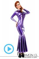 Vorschau: Eine Frau trägt ein elegantes langes Latex Kleid in Violett mit langen Ärmeln und Volant