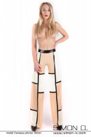 Vorschau: Eine Frau trägt eine weite Latex Hose mit 3 farbigen Design im Marlene Stil geschnitten