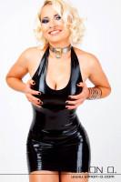 Vorschau: Eine blonde Frau mit einem Neckholder Latex Kleid in Schwarz