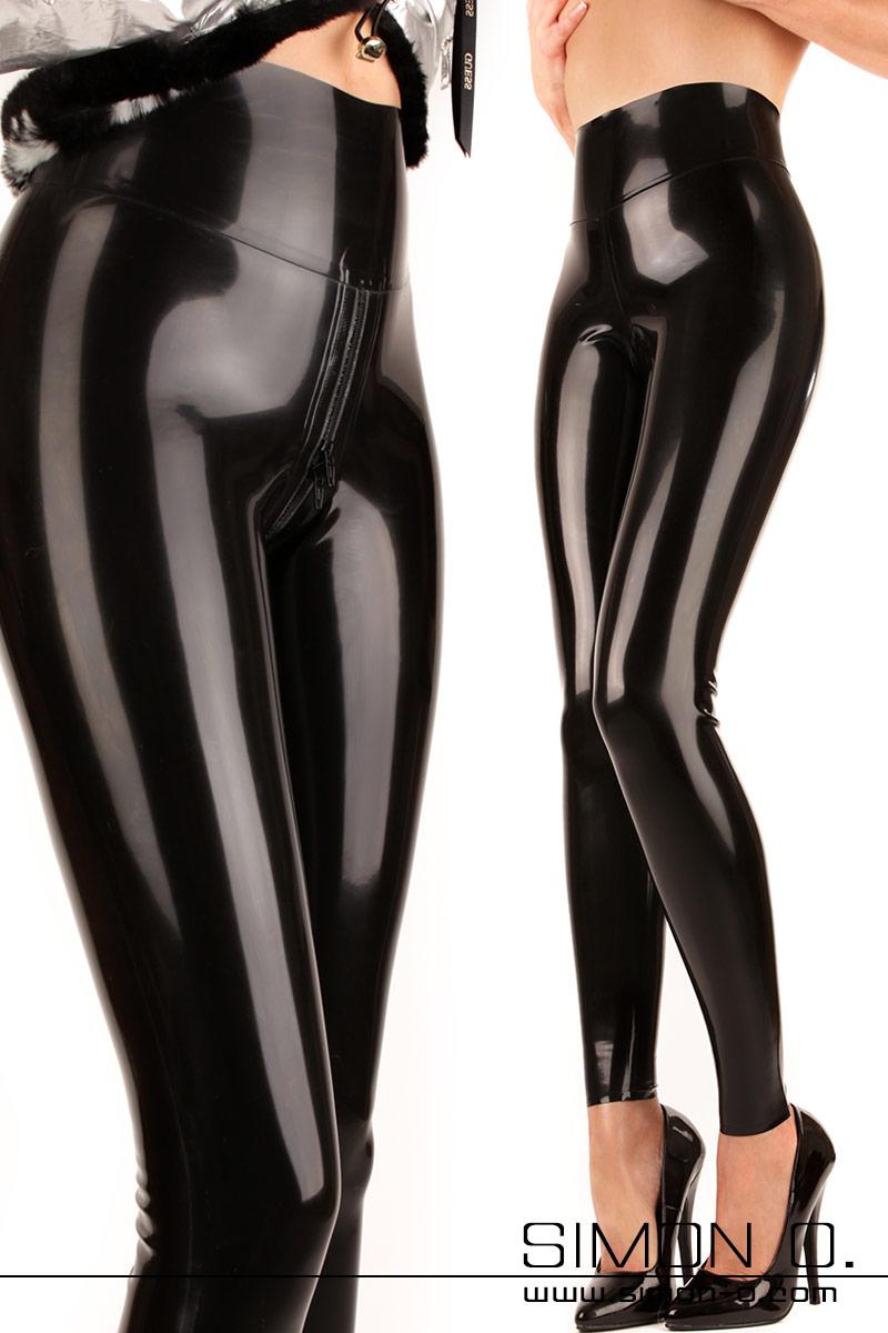 Glänzende Damen Latex Leggings mit hohem Bund in Schwarz mit einen Zipp im Schrittbereich von vorne gesehen