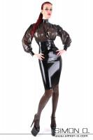 Vorschau: Eine Frau trägt eine weite Latex Bluse in schwarz transparent mit einem schwarzen Latex Rock kombiniert
