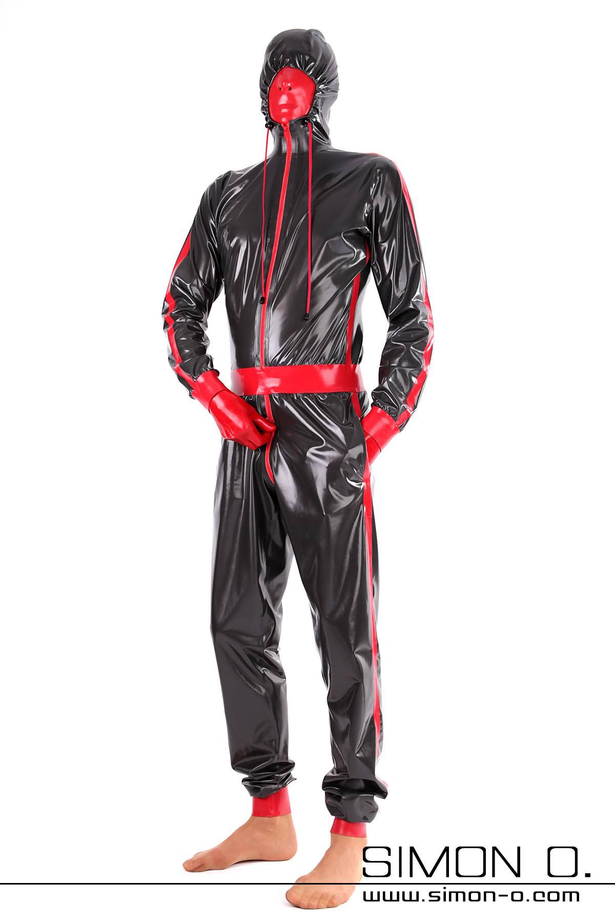 Ein Herr trägt einen Glanz Anzug aus Latex mit Maske