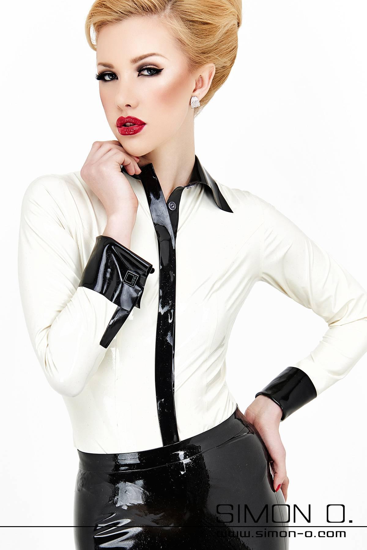 Eine weiße Latex Bluse mit schwarzenr Knopfleitse und Manschetten mit Manschettenknöpfen