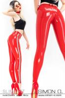 Vorschau: Eine blonde Frau trägt eine enge rote Latex Jean mit Streifen auf der Seite