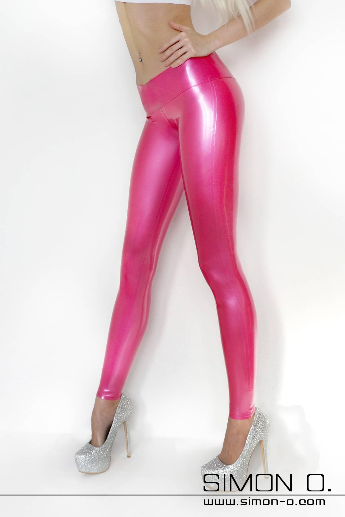 Latex Leggings hüfthoch geschnitten Latex Leggings extrem hüftig geschnitten mit verstärktem hohen Bund und eingerandeten Beinabschlüssen. Als Option ist ein …