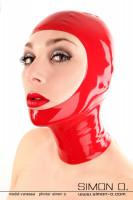 Vorschau: Eine Frau hat eine rote gesichtsfreie Latex Maske aufgesetzt