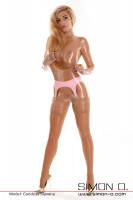 Vorschau: Eine Frau trägt einen Latex Strapsgürtel mit Nylons über einen transparenten Latex Catsuit