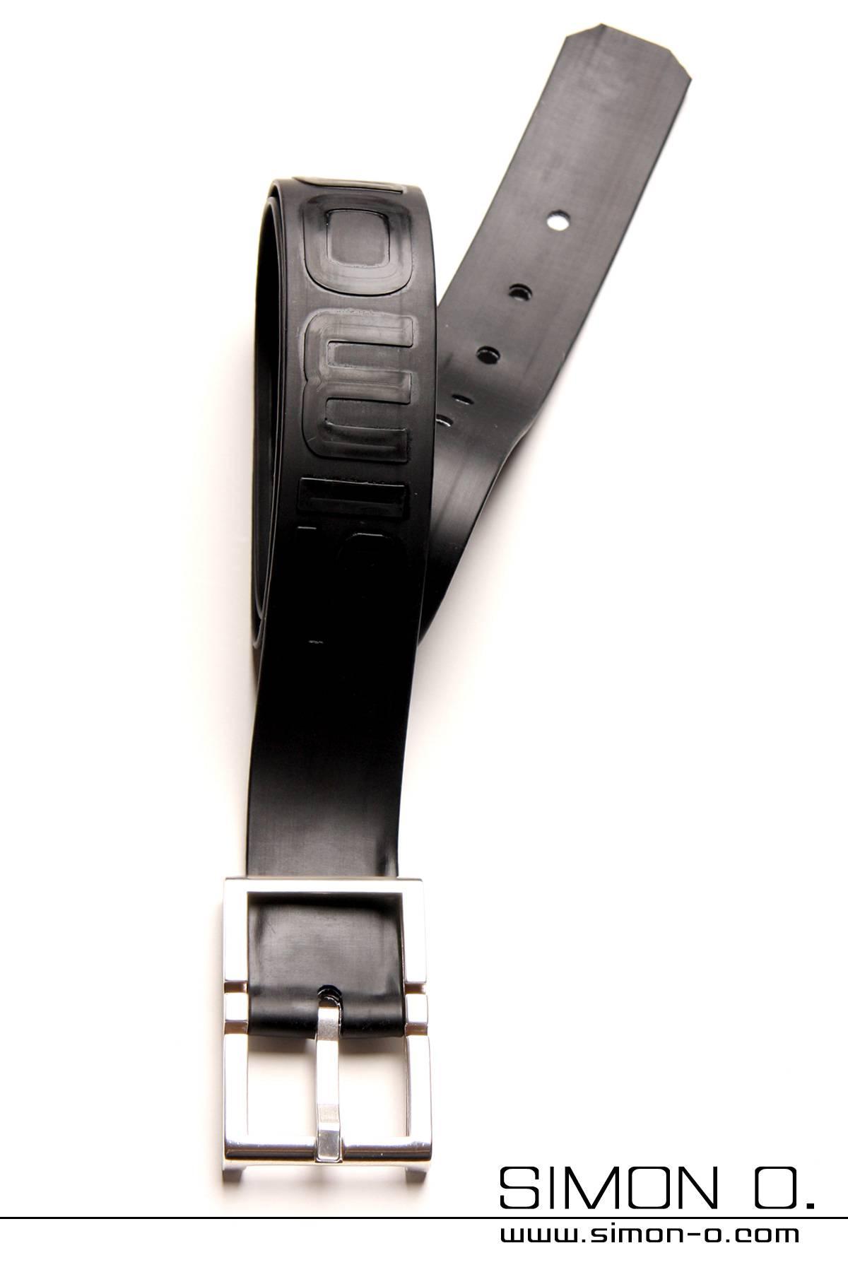 Schwarzer Latex Gürtel mit SIMON O. Schriftzug