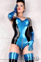 Vorschau: Ein Model trägt einen Latex Body mit Cups und Zipp im Schritt in Blau mit Schwarz kombiniert. dazu trägt sie noch Latex Strümpfe und Handschuhe in der gleichen Farbkombination