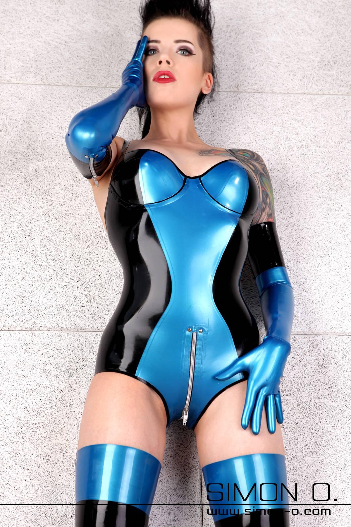 Ein Model trägt einen Latex Body mit Cups und Zipp im Schritt in Blau mit Schwarz kombiniert. dazu trägt sie noch Latex Strümpfe und Handschuhe in der gleichen Farbkombination