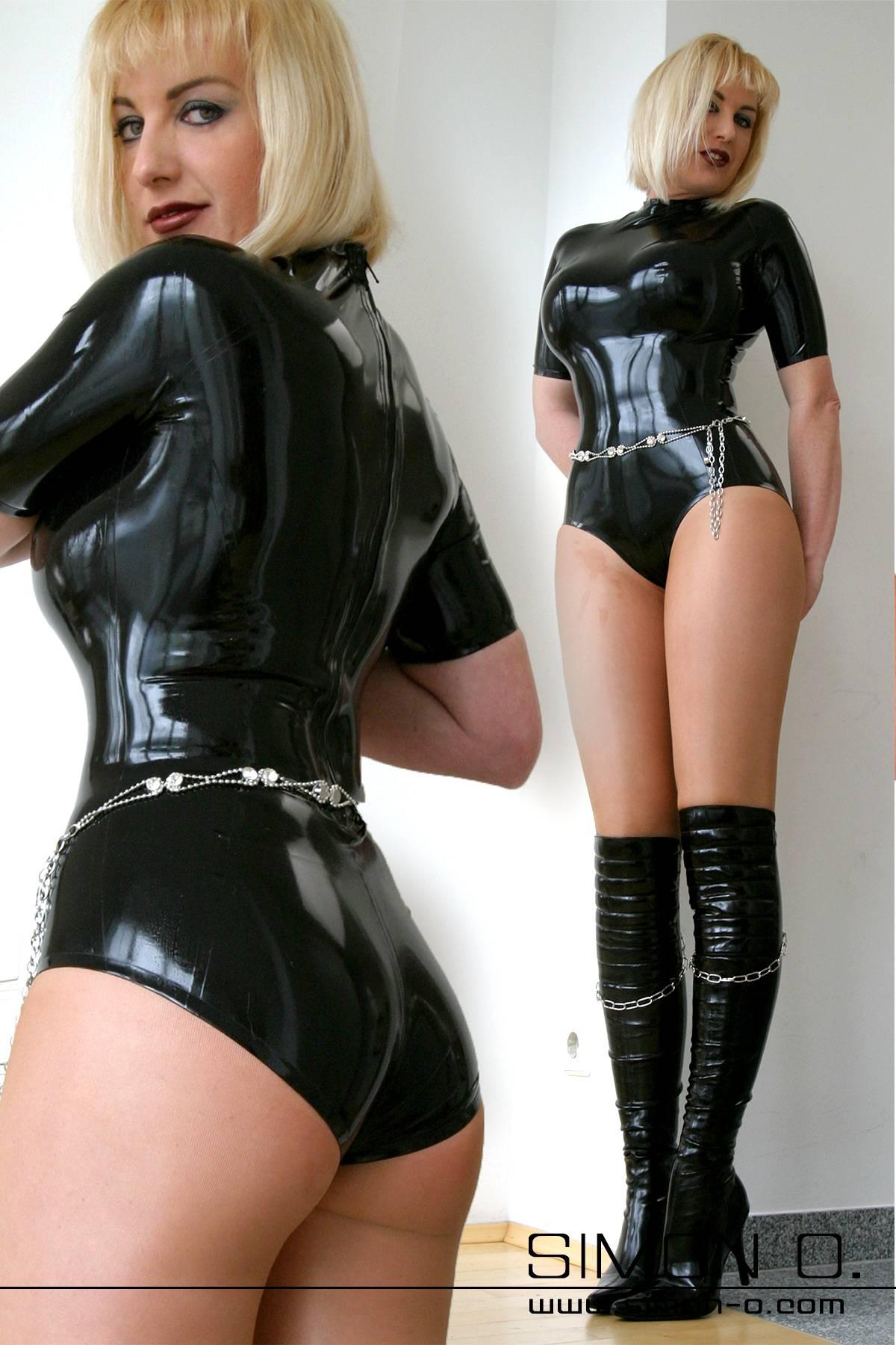 Schwarzer hautenger Latex Body im Hot Pant Optik mit Zipp im Schrittbereich
