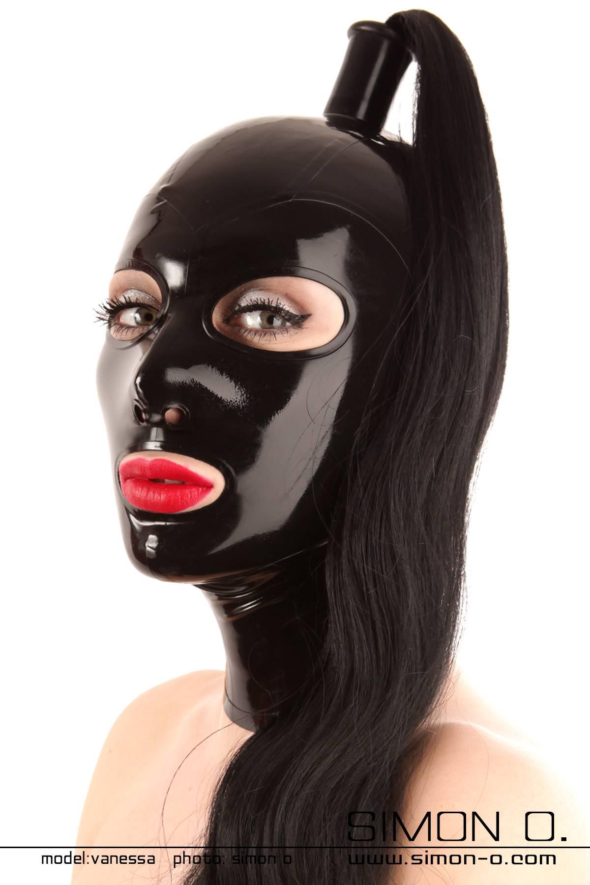 Schwarze glänzende Latex Maske mit einem schwarzen Haarteil
