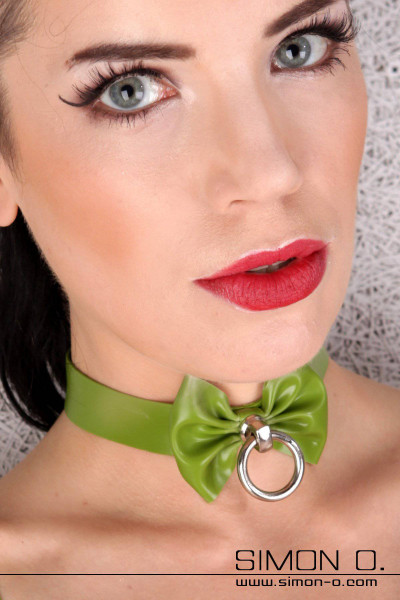 Latex collar with bow and O-ring Latex Collar with Bow and O-Ring made with thick latex, this 2cm wide latex collar features a built in o ring at the centre …