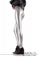 Preview: Perfectly shaped bottom in a skintight shiny latex leggings in silver