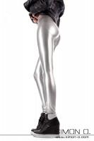 Vorschau: Perfekt geformter Po in einer hautengen glänzenden Latex Leggings in Silber