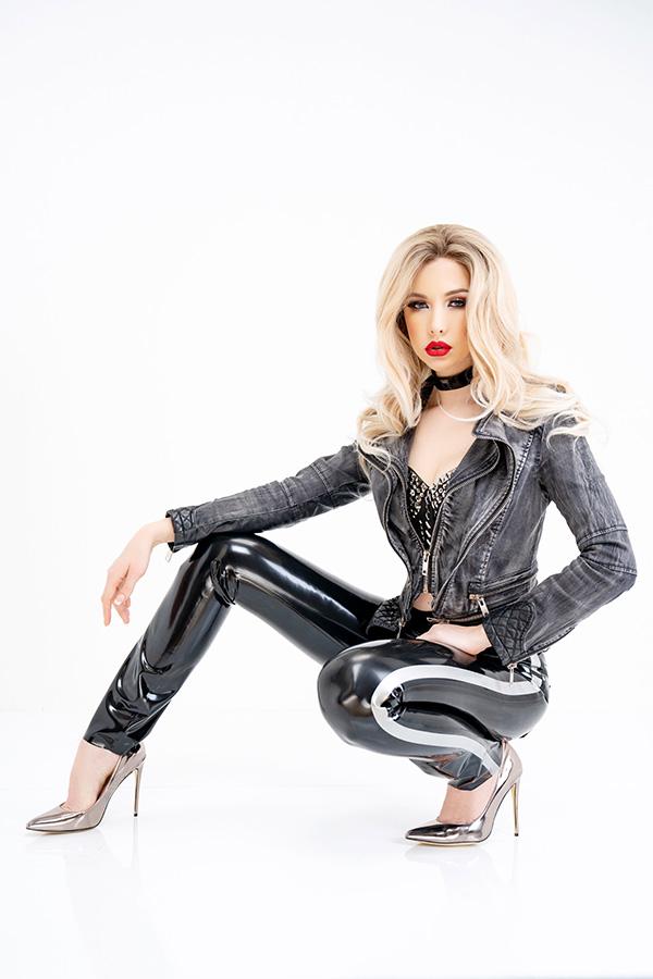 Hautenge glänzende Damen Latex Jean in Schwarz mit seitlichen Streifen