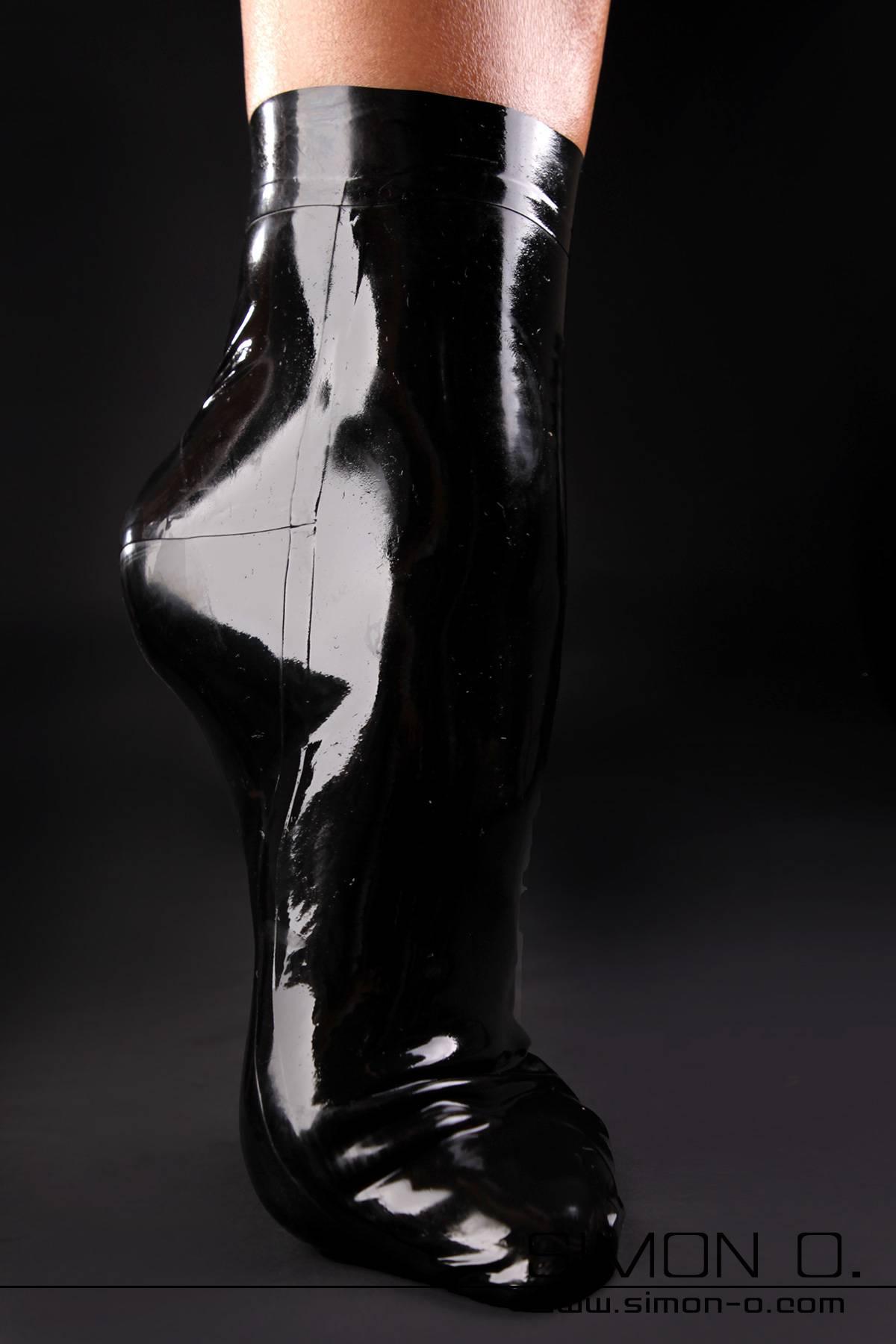 Anatomisch geklebte kurze Latex Socken.Unsere UNI Latex-Socken in all unseren Farben sind eine perfekte Ergänzug für alle jene die eine …