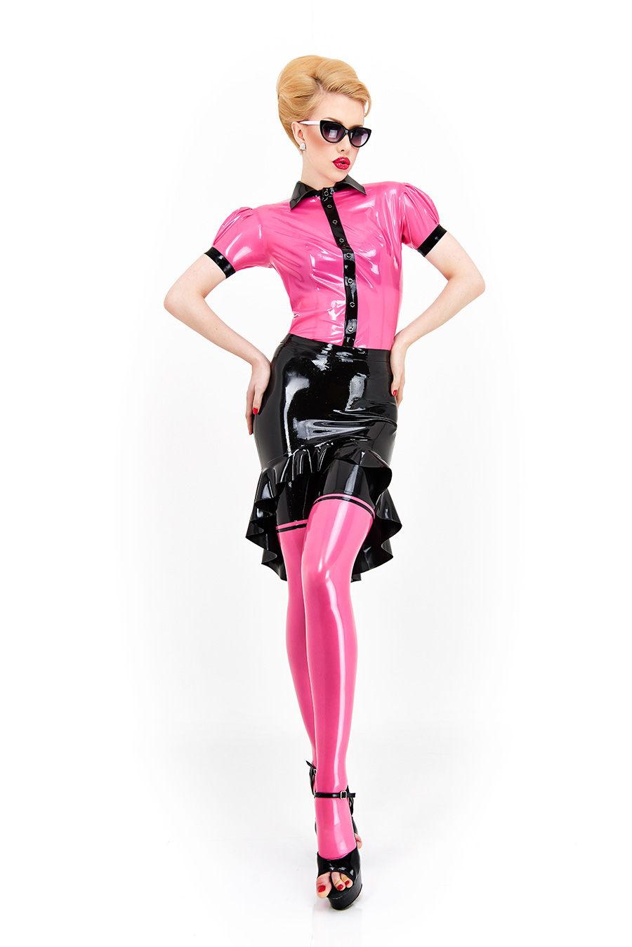 A latex skirt with frills that lies tighter in the upper area, while it falls further in the knee area