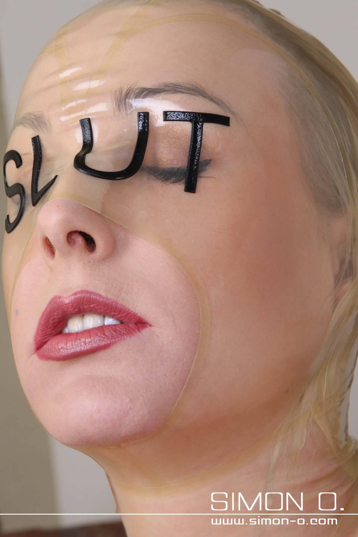 Latex Maske in transparent mit SLUT Schriftzug in Schwarz