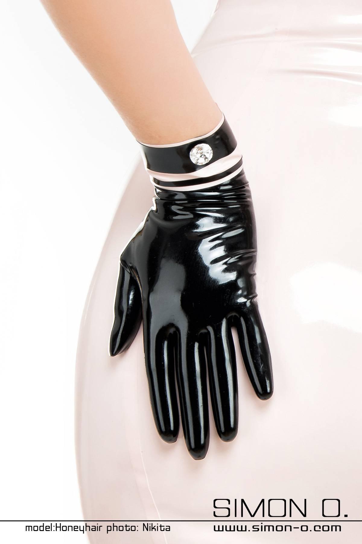 Elegante Latex Handschuhe mit Strass Kurze elegante Latex Handschuhemit farblichen Akzent und Swarovski Strass Knopf. Die passende Ergänzung zu …