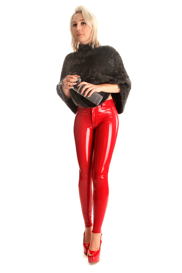 Eine Dame trägt eine Slim Fit Latex Jean in Rot