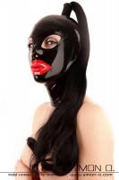 Vorschau: Eine Frau trägt eine schwarze Latex Maske mit rotem Mund und Haarteil in Schwarz