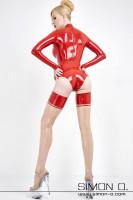 Vorschau: Eine Frau trägt einen Glanz Body in Rot aus Latex mit Armstulpen und Latex Strümpfe mit Platform Heels