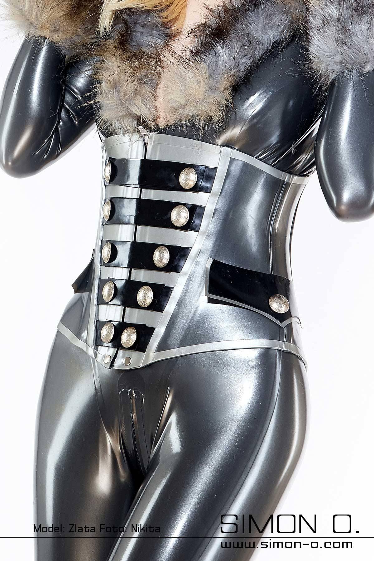 Latex Korsett im Uniform Look Latex Korsett aus dicken Latex mit Zipp und Ziertaschen im Uniform Stil. Mit Schnürung hinten. Gefertigt aus starkem …