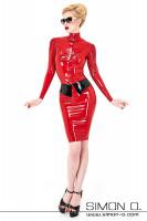 Vorschau: Eine Frau trägt ein enges glänzendes Latex Sekretärinnen Outfit bestehend aus Latex Bluse und Rock in rot
