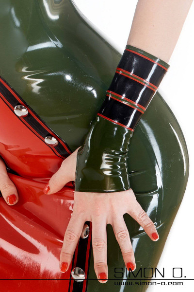 Armstulpen im Military Stil. 3 farbiges Design passend zu unseren Latex Kleid MIL-MK1. Abgebildete Latex Armstulpen: Farbe 1:Olive Kontrastfarbe …